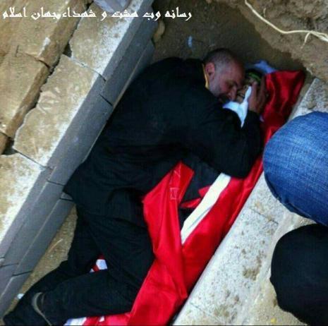 تصویر از لحظه وداع پدر شهید مدافع حرم با جگرگوشه اش
