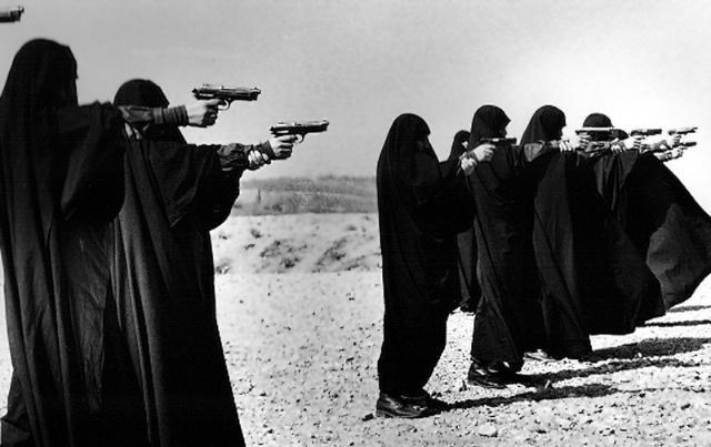 تصویر از زنان ایرانی ایستادند که مردانشان حماسه آفریدند