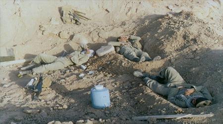 تصویر از واکنش یک اسیر عراقی به خواب چند رزمنده